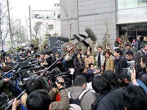 東京入管前で報道陣に囲まれるカザンキランさん達