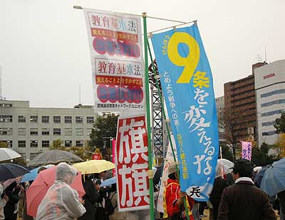 「一日共闘の醍醐味」もしくは「旗旗と百万人署名運動が集会場で仲良く並ぶの図」