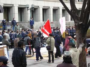市役所前に集まりはじめる労働者