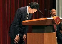 頭を下げる鳩山首相