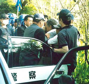 白いシャツに帽子をかぶっているのが市東孝雄さん(手前右から二人目)。千葉県警がパトカーに連れ込もうとするところを、体を張って阻止する反対同盟・萩原さん