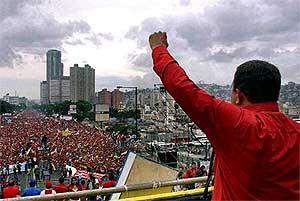 支持者に応えるチャベス大統領