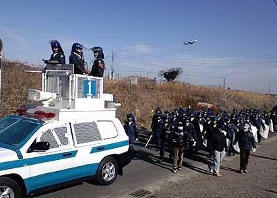 三里塚反対同盟2011新年デモの機動隊