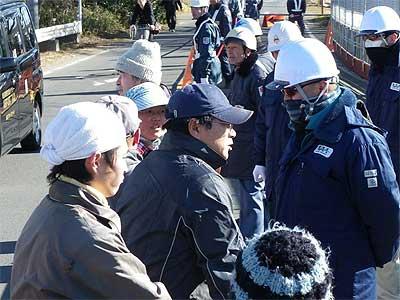空港会社の職員に詰め寄る反対同盟農民(中央が萩原富夫さん、その奥に鈴木加代子さん)