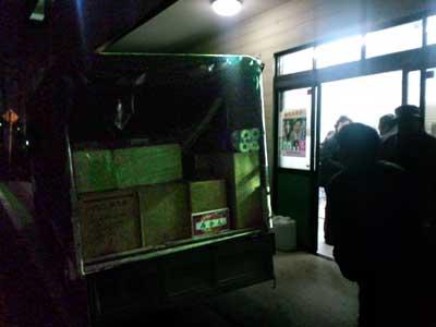 いわき市への救援トラック積み込み作業