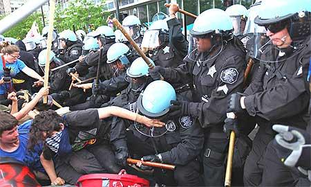 デモ隊を殴打する警官隊