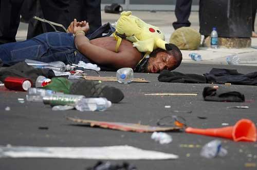警官に殴打されたデモ参加者