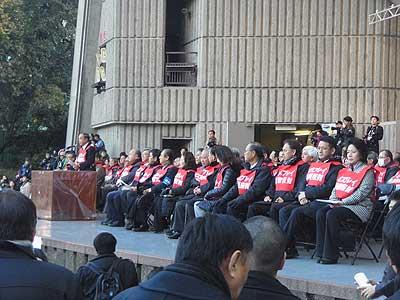 1・27オスプレイ反対東京集会・壇上に並んだ沖縄代表団