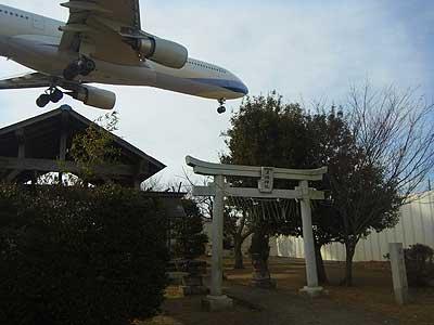 東峰神社上空を飛ぶジェット機