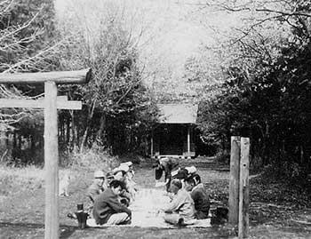 1960年頃。木の根。みんなで道づくりをした際に、休憩をしているところ