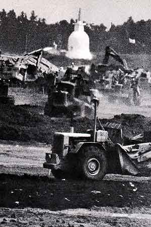 三里塚・すすむ工事を無視してそびえる平和塔。結局平和塔は農民にとって何の力にもならなかった