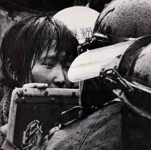機動隊に抗議する少女