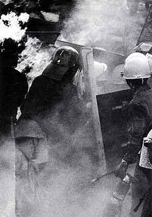 燃え上がる作業車両
