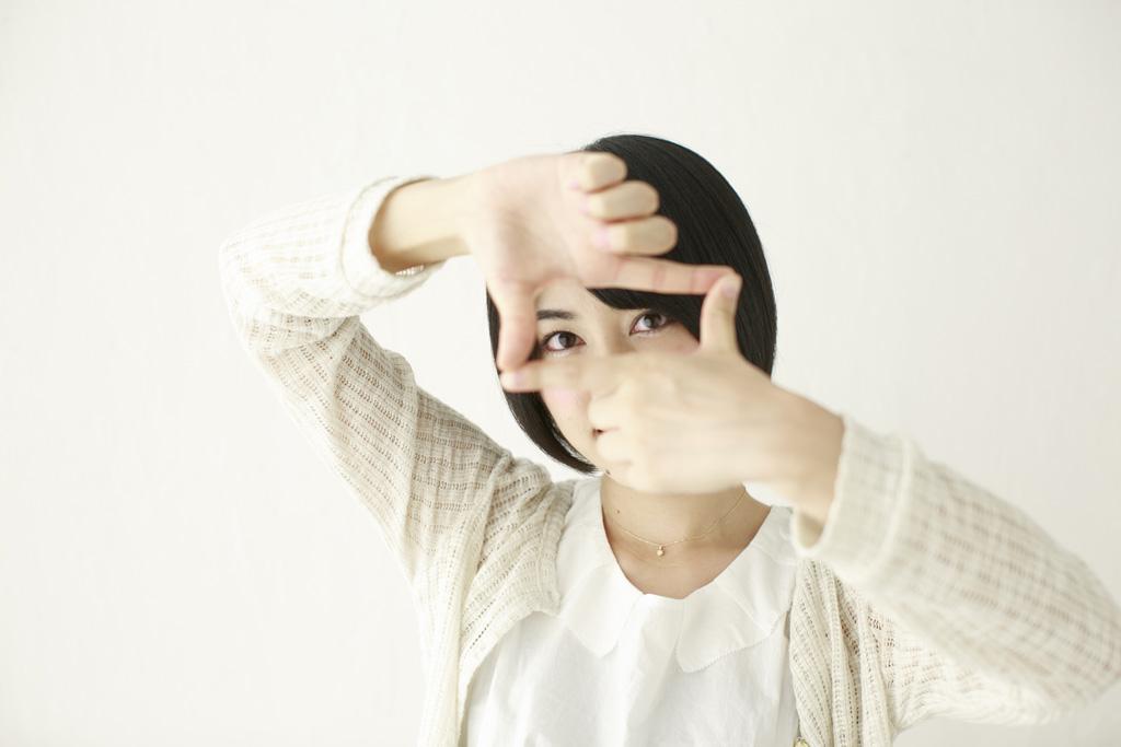 じー 手でフレームを作る女性の写真