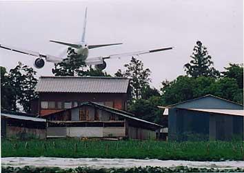 三里塚 島村さん宅上空をすれすれで飛ぶ飛行機