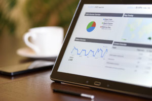 サイトのアクセス解析の画面とタブレットPC