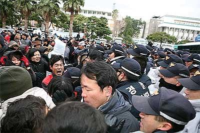 海軍基地建設に反対する済州島民