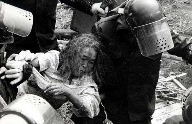 機動隊に自宅を破壊される大木よねさん(1971)空港会社がやっと非を認めて遺族に謝罪したのは2001年