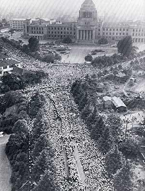 60年安保闘争で国会を取り巻く人々