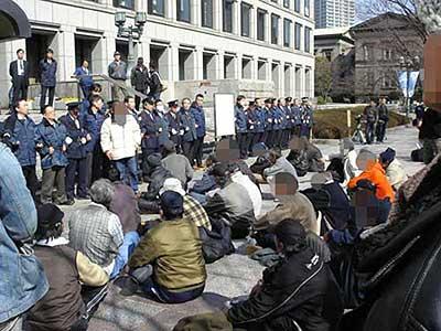 住民票削除:大阪市役所前で必死の座り込み続く