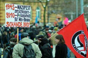 動画】ドイツ極右デモ 人間の鎖で阻止