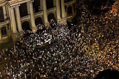 ブラジル:反W杯デモが20万人に拡大