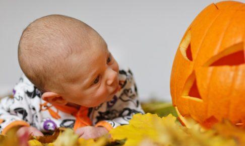 ハロウィンの赤ちゃんの写真