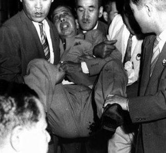 60年安保 岸首相、官邸を去ろうとして右翼に刺され、惨めな退場
