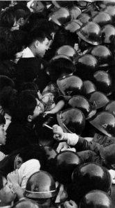 60年安保 強行採決のニュースが流れると深夜から翌日にかけて10万人もの人々が渦のように国会に押し寄せた
