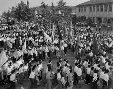 60年安保 国会周辺をデモ行進する全学連