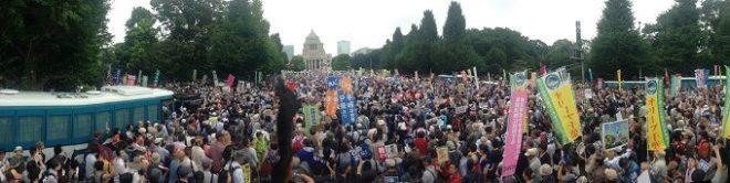 戦争法反対!国会を包囲する人々