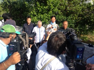 海保の暴力で頚椎捻挫させられた青年が告発の記者会見(8月29日名護地裁前)