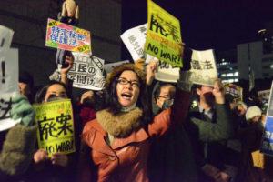 秘密保護法案に抗議する人々