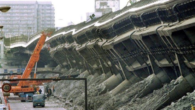 倒壊した阪神高速