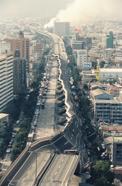 震災で倒壊した阪神高速
