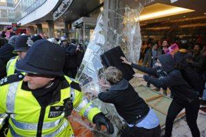 2010.11.10 保守党本部突入の瞬間 イギリス学費値上げ反対デモ(その2)