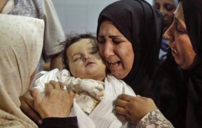 イスラエル軍の空爆で虐殺された赤ちゃんを抱きしめて泣き叫ぶ母親
