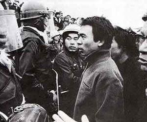 三里塚・機動隊に暴力に抗議する農民