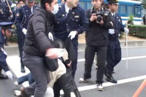 [怒り心頭]2・20アメリカ大使館前での【クズどもによる】不当弾圧を許さない!!