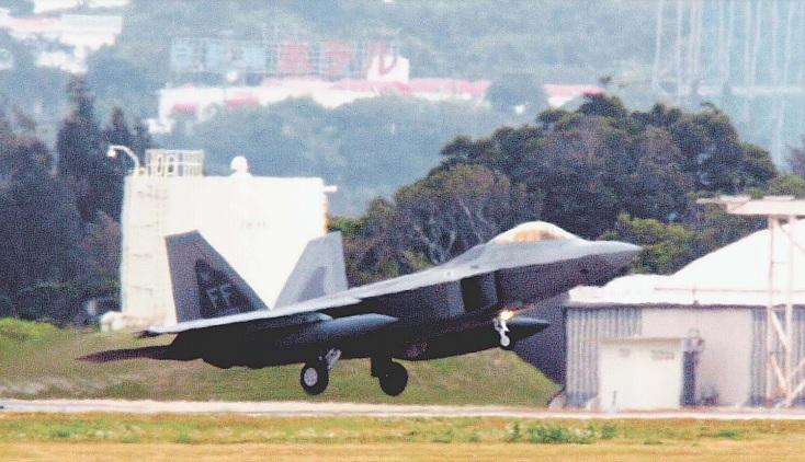 F22、嘉手納飛来 米国外で初配備