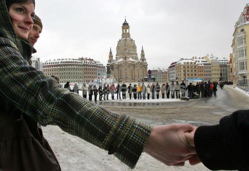 2010.02.13 極右デモ 人間の鎖で阻止 in ドイツ
