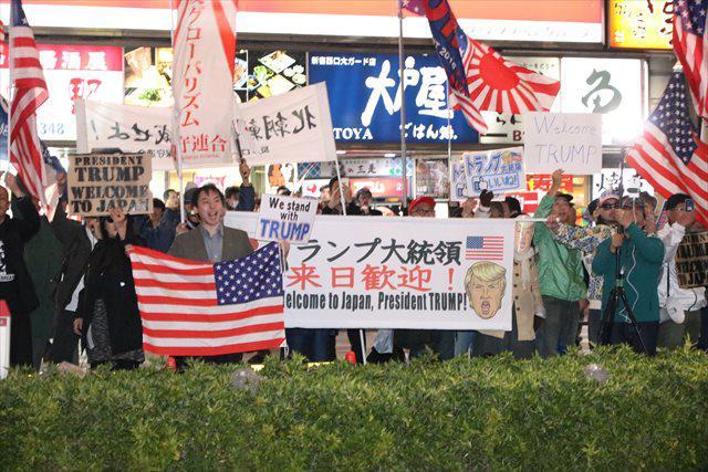 「トランプ来日歓迎」を掲げる右翼たち(IWJ)