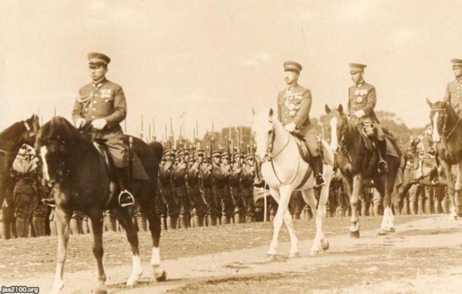陸軍兵を統監する昭和天皇裕仁