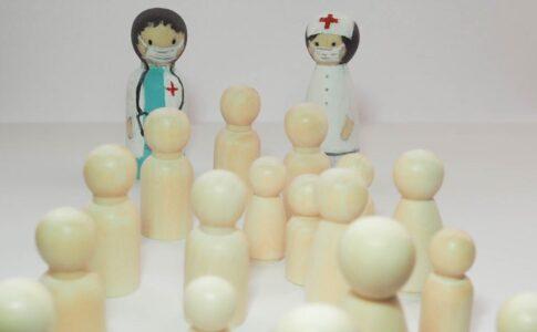 ドクターとナースと診断待ちの大勢の患者たち
