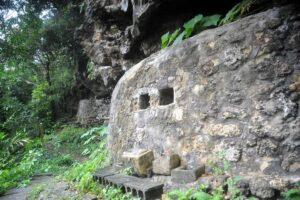 琉球人の人骨が盗まれた沖縄本島北部・今帰仁村の風葬墓「百按司墓」