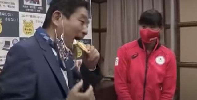 河村たかし名古屋市長が金メダルをかんだ