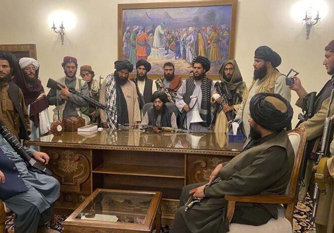 大統領府を占拠したタリバン兵(2021年8月23日)