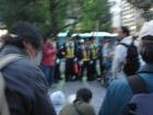 集合場所に向かう参加者を阻止する警官隊
